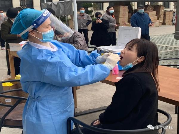 王野邀请黄岩中医院为返乡员工集中核酸检测