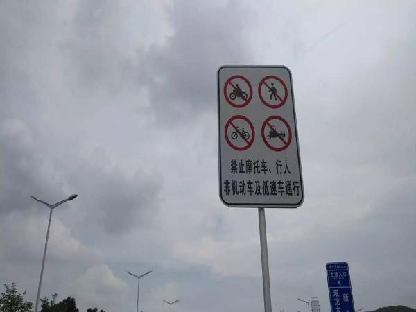 """《""""禁摩""""令下深圳街�^摩托�又多起�砹恕泛罄m"""