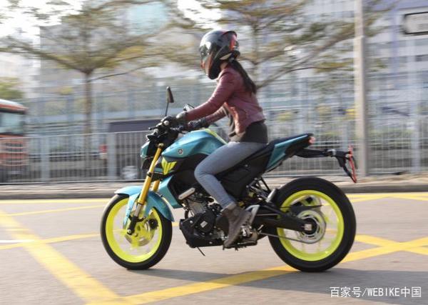 女骑试驾雅马哈MT-15,称为黑暗小武神