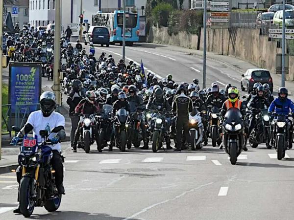 """法国数千名骑手游行 抗议""""钻车缝""""禁令"""