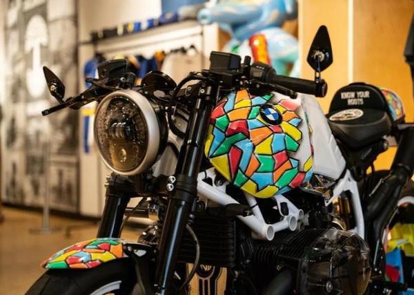 这款定制摩托车外观时尚前卫,又不失复古气息
