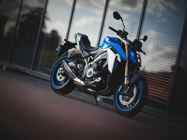 Suzuki 新一代运动街车 2021 GSX-S1000 户外特写