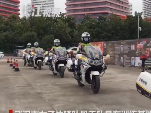 武汉女子快骑队员脚蹬500斤大摩托正训练 突然收到玫瑰花