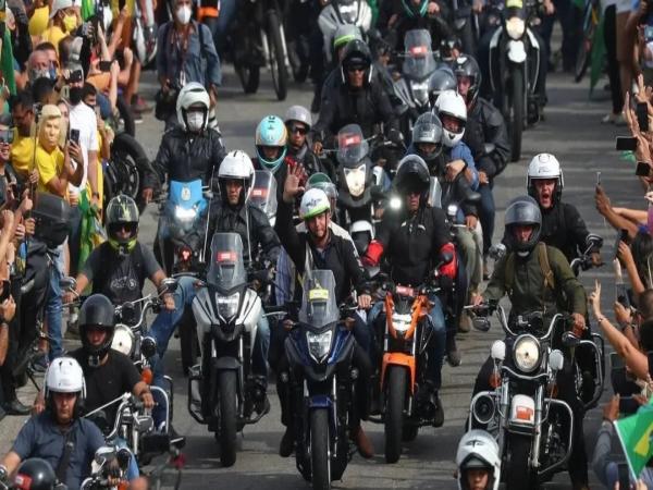 无视疫情 巴西总统和数千支持者骑摩托车拉选票