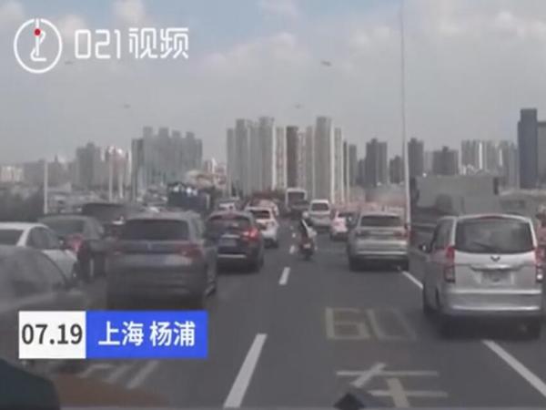 上海高架堵车,小哥骑摩托为消防车霸气开路