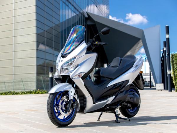 Suzuki 2022 AN400 欧洲版:户外特写